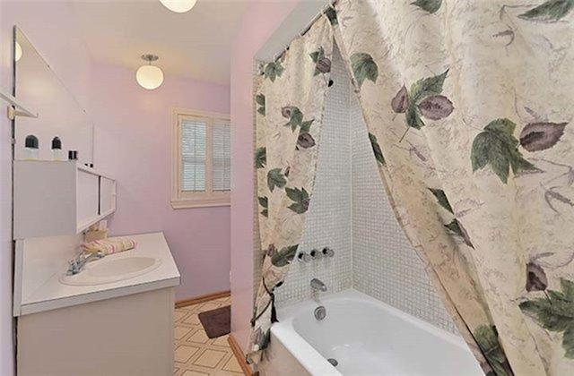 <p><span>146 Pitt Ave., Toronto, Ont.</span><br> There are two bathrooms in the home.<br> (Photo: Zoocasa) </p>