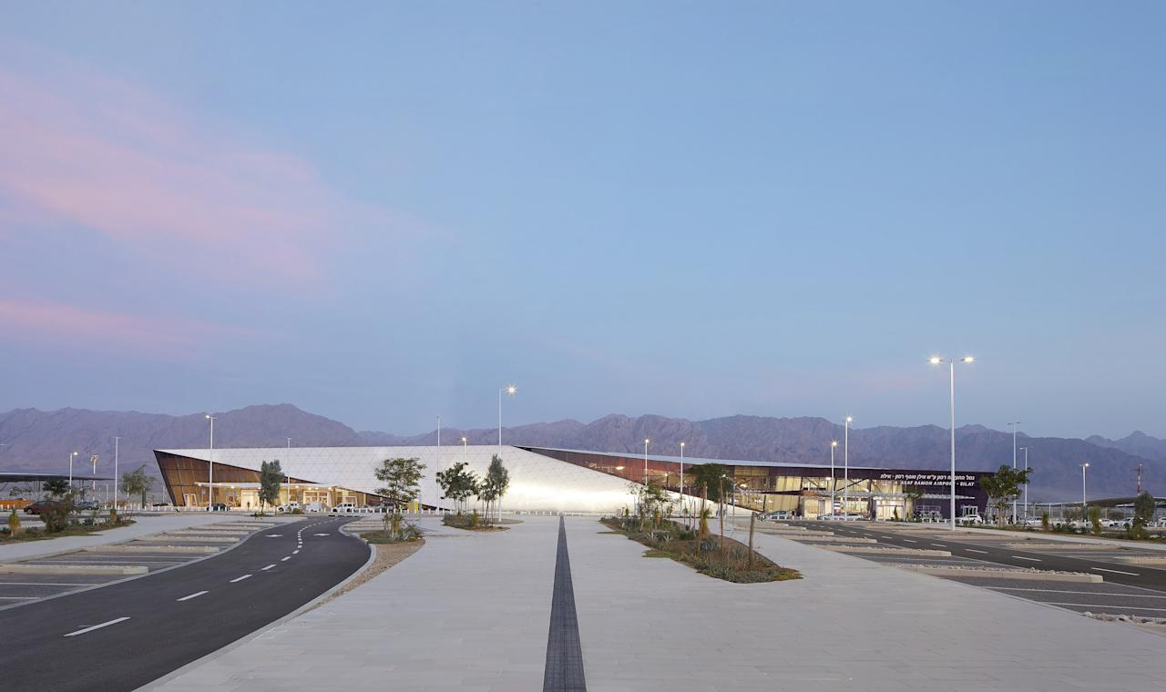 """This modern airport is a mirage in the middle of the arid Negev desert outside Eilat, Israel. <a href=""""https://www.architecturaldigest.com/story/israel-newest-airport-futuristic-desert-mirage?mbid=synd_yahoo_rss"""">The $473.5 million building</a>—courtesy of Amir Mann-Ami Shinar Architects and Moshe Tzur Architects—is an oasis thanks to its sun-soaked courtyards, floor-to-ceiling windows, and an exterior made of white aluminum panels that reflect the intense rays."""