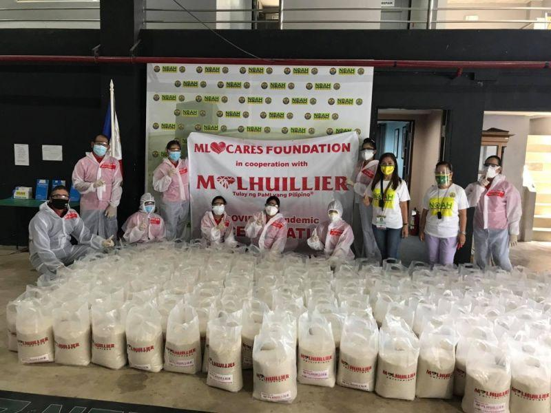 M Lhuillier donates sacks of rice to Covid-19 patients in Noah Complex
