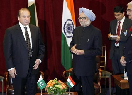 Pakistan's Prime Minister Nawaz Sharif (L) stands with India's Prime Minister Manmohan Singh during the United Nations General Assembly at the New York Palace hotel in New York September 29, 2013. REUTERS/Joshua Lott