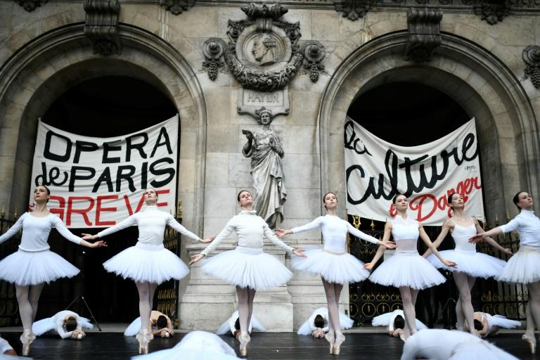 Footage of the performance by the Paris Opera dancers in front of the Palais Garnier went viral