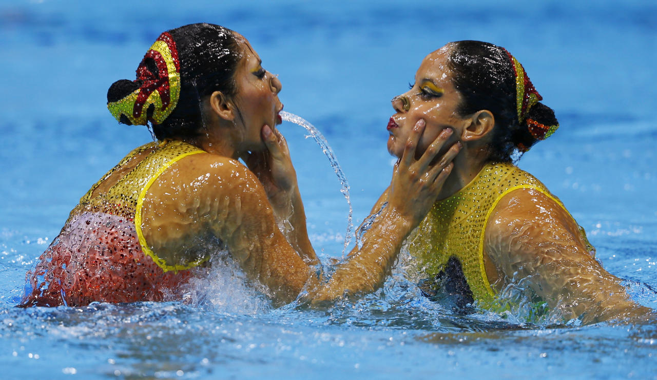 Mexico's Isabel Delgado Plancarte and Nuria Diosdado Garcia perform in the synchronised swimming duets free routine qualification round during the London 2012 Olympic Games at the Aquatics Centre August 6, 2012.         REUTERS/Michael Dalder (BRITAIN  - Tags: OLYMPICS SPORT SWIMMING)