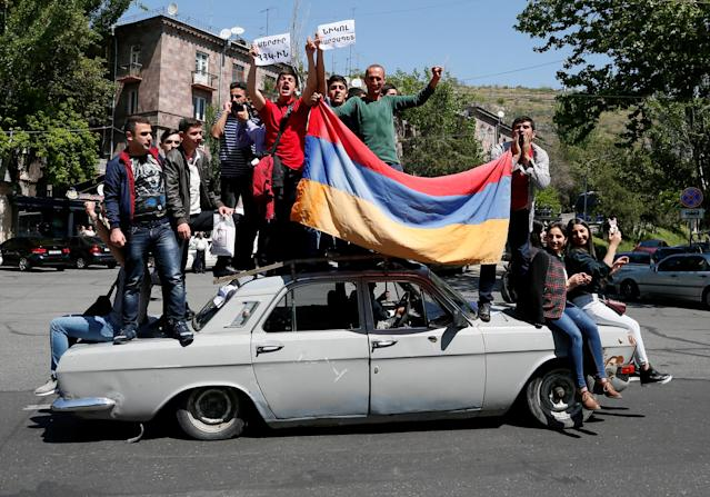 Supporters of Armenian opposition leader Nikol Pashinyan drive a car during a rally in Yerevan, Armenia April 25, 2018. REUTERS/Gleb Garanich TPX IMAGES OF THE DAY