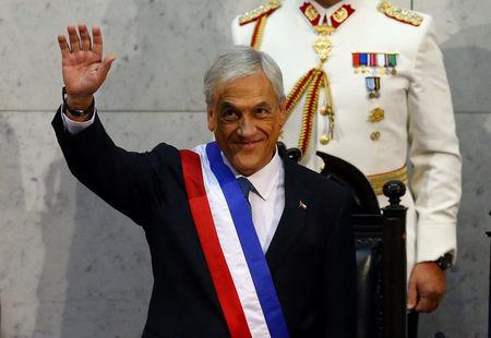 Chile's President Sebastian Pinera waves after being sworn in at the Congress in Valparaiso, Chile March 11, 2018. REUTERS/ Ivan Alvarado