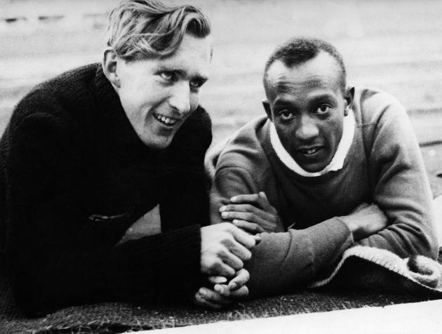 (Eingeschränkte Rechte für bestimmte redaktionelle Kunden in Deutschland. Limited rights for specific editorial clients in Germany.) Jesse Owens (James Cleveland Owens)*12.09.1913-31.03.1980+US-American track and field athletewon 4 gold medals at the Summer Olympics in Berlin in 1936Summer Olympics in Berlin in August 1936: Jesse Owens and his German counterpart Carl Ludwig 'Luz' Long, they became friends during the Games (Photo by ullstein bild/ullstein bild via Getty Images) (Photo: ullstein bild Dtl. via Getty Images)