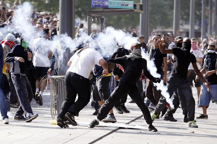 Rioters clash with French riot police officers, on Republique Square in Paris, during a demonstration against Israel's military operation in Gaza, on July 26, 2014 (AFP Photo/Kenzo Tribouillard)
