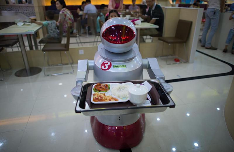A robot carries food to customers in a restaurant in Kunshan on August 13, 2014 (AFP Photo/Johannes Eisele)