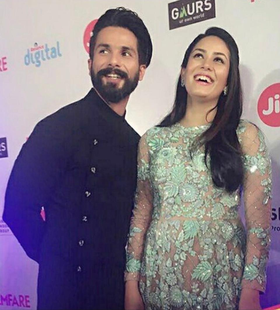 The duo arrived hand-in-hand at the 2017 Jio Filmfare Awards. Mira opted for a nude floor-length grown speckled with green floral embroidery with silk threads and sparkling sequins all over. As she said at the red carpet, she was excited to see all the best performers of the year being honored, and went home holding the black lady her husband received for his essaying of 'Tommy Singh' in <em>Udta Punjab.</em>