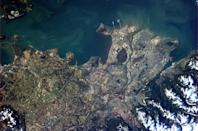 """A clearer view of Vancouver on a sunny day - can clearly see the ferry terminal, airport and many boats in the Inlet. <a href=""""https://twitter.com/Cmdr_Hadfield/status/290595109798567936/photo/1"""" rel=""""nofollow noopener"""" target=""""_blank"""" data-ylk=""""slk:(Photo by Chris Hadfield/Twitter)"""" class=""""link rapid-noclick-resp"""">(Photo by Chris Hadfield/Twitter)</a>"""