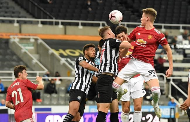 Fernandes makes amends, leads United to 4-1 win at Newcastle