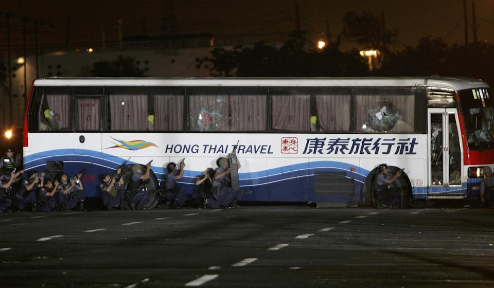 Philippine police prepare to storm a bus in Manila to free 15 Hong Kong tourists taken hostage in 2010. Photo: AP