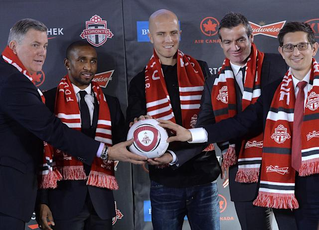 Bezbatchenko, far right, with Defoe (center left), Bradley (center) and then-manager Ryan Nelsen (center right) in 2014. (Getty)