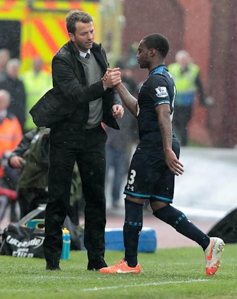 Tottenham Hotspur manager Tim Sherwood (L) shakes hands with Danny Rose as he is substituted during the Premier League match against Stoke City in Stoke-on-Trent on April 26, 2014 (AFP Photo/Lindsey Parnaby)
