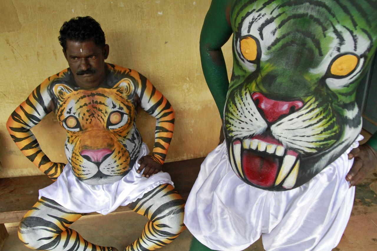 "Dancers in body paint wait to take part in a performance during festivities marking the start of the annual harvest festival of ""Onam"" in the southern Indian city of Kochi September 7, 2013. The ten-day-long Hindu festival is celebrated annually in India's southern coastal state of Kerala to commemorate the return of King Mahabali to his beloved subjects. REUTERS/Sivaram V (INDIA - Tags: RELIGION SOCIETY TPX IMAGES OF THE DAY)"