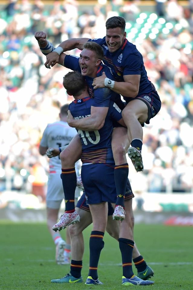 Scotland players celebrate on the pitch after their victory in the cup final match of the World Rugby Sevens Series - London on May 21, 2017 (AFP Photo/OLLY GREENWOOD)