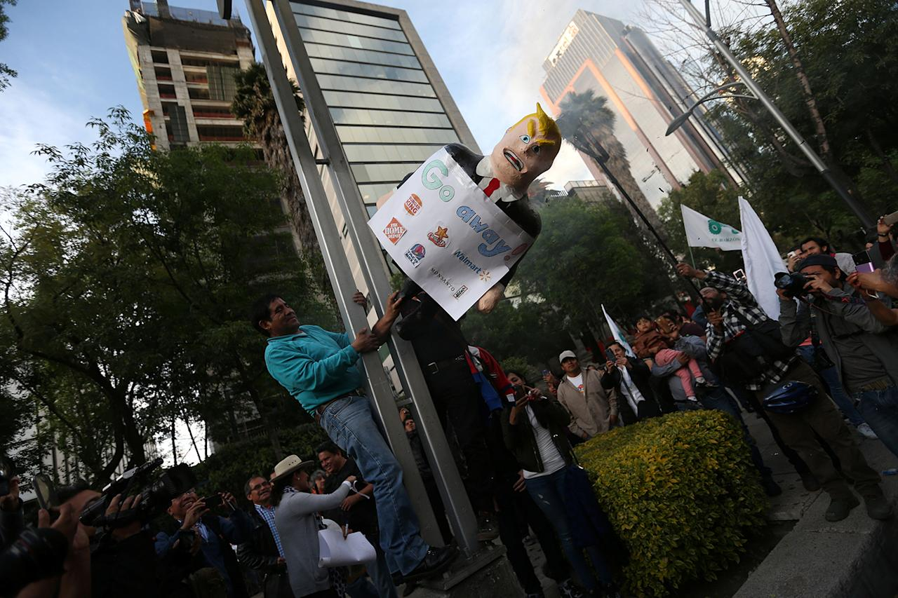 <p>A demonstrator holds a pinata representing the U.S. President Donald Trump during a protest outside the U.S. embassy, in Mexico City, Mexico January 20, 2017. (REUTERS/Edgard Garrido) </p>