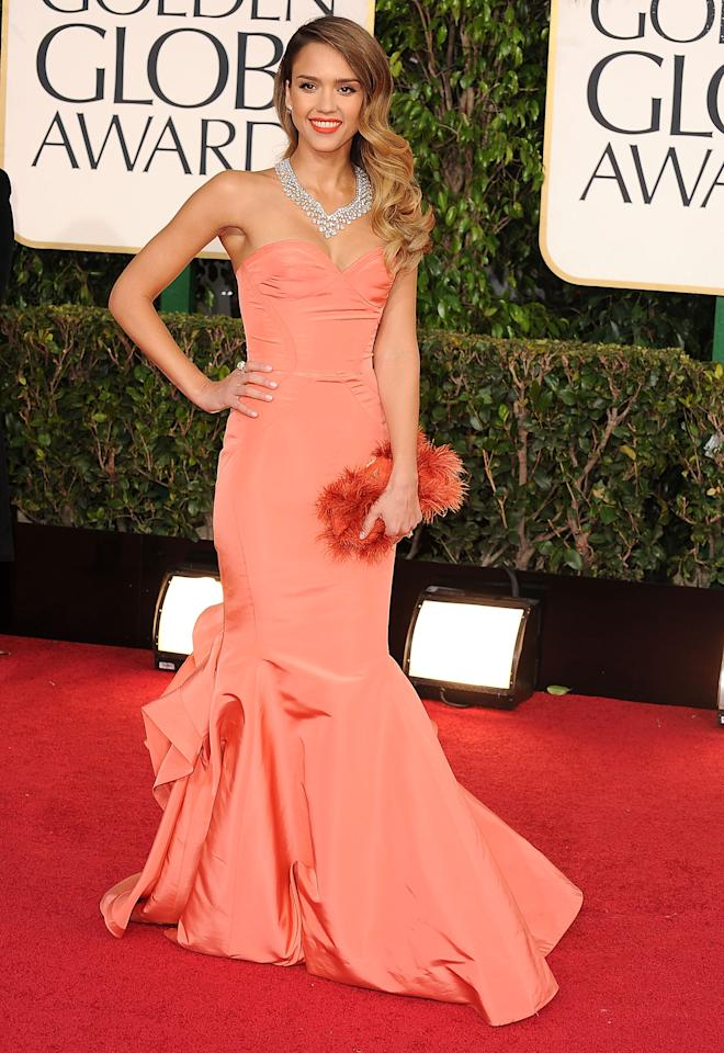 Jessica Alba looked classic Hollywood glamorous at the Golden Globes in this delicate peach Oscar de la Renta dress.