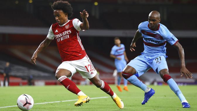 Pemain Arsenal, Willian, menggiring bola saat melawan West Ham United pada laga Premier League di Stadion Emirates, Sabtu (19/9/2020). Arsenal menang dengan skor 2-1. (Julian Finney/Pool via AP)