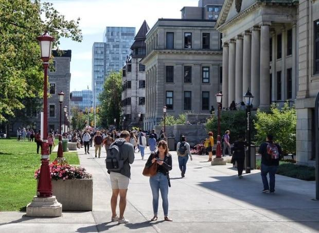 University of Ottawa students want a full return to class, according to the school's student union. (Ian Black/CBC - image credit)
