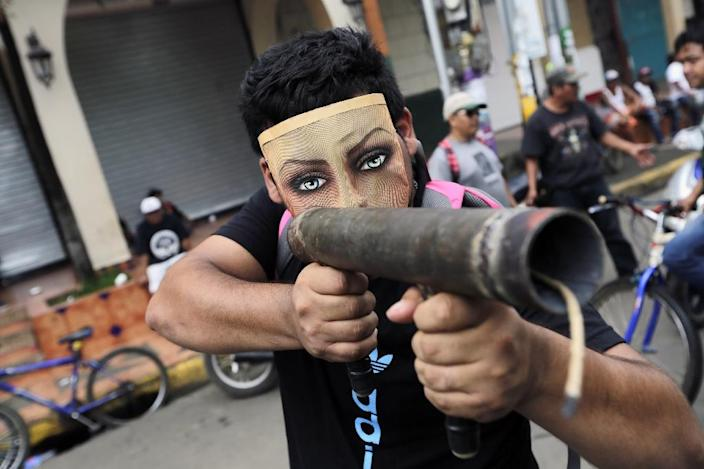 A demonstrator wearing a mask points homemade mortar during a protest in Masaya (AFP Photo/INTI OCON)