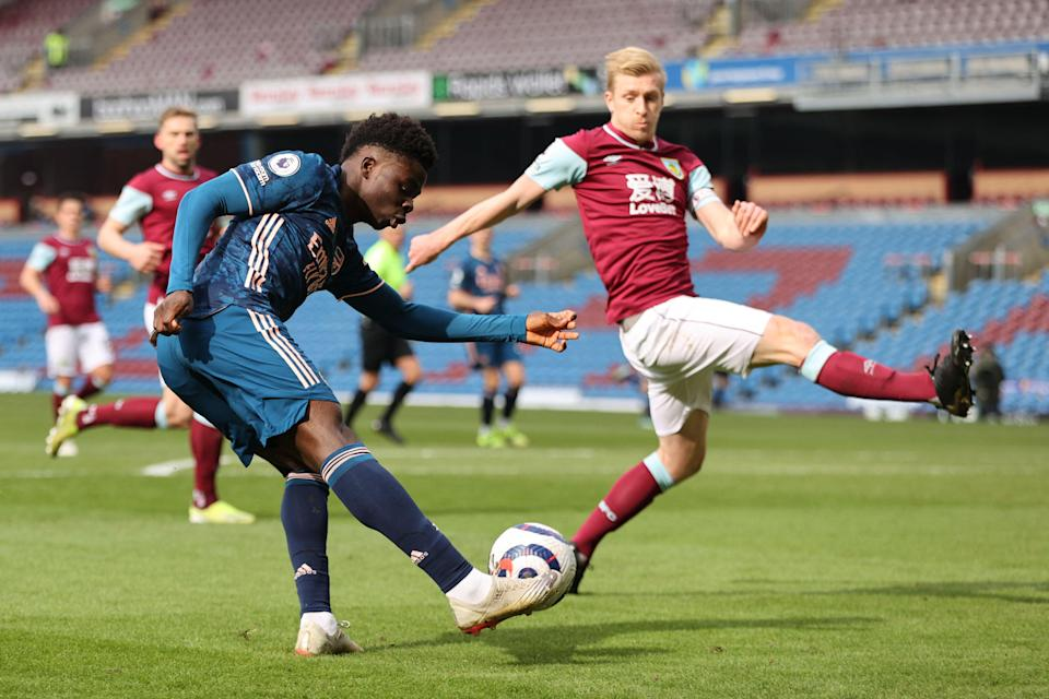 Ben Mee tries to block Bukayo Saka (POOL/AFP via Getty Images)