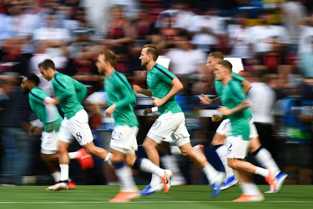 Tottenham Hotspur's English forward Harry Kane (C) and teammates warm up (Photo by GABRIEL BOUYS / AFP)