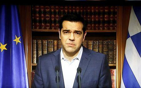 Greek Prime Minister Alexis Tsipras is seen on a television monitor while addressing the nation in Athens, Greece July 1, 2015. Tsipras called on Greeks to vote 'no' in Sunday's referendum on a bailout package offered by creditors, in a defiant address that dispelled speculation he was rowing back on the plan under mounting pressure. REUTERS/ERT/Pool