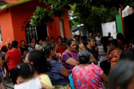 Women wait for food donations after an earthquake that struck on the southern coast of Mexico late on Thursday, in Juchitan, Mexico, September 10, 2017. Picture taken, September 10, 2017. REUTERS/Edgard Garrido