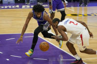 Sacramento Kings forward Marvin Bagley III, left, and Los Angeles Clippers forward Kawhi Leonard, right, go after the ball during the first quarter of an NBA basketball game in Sacramento, Calif., Friday, Jan. 15, 2021. (AP Photo/Rich Pedroncelli)
