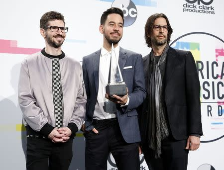 2017 American Music Awards – Photo Room – Los Angeles, California, U.S., 19/11/2017 – (L-R) Brad Delson, Mike Shinoda, and Rob Bourbon of music group Linkin Park pose with their award for Favorite Artist - Alternative Rock. REUTERS/Danny Moloshok