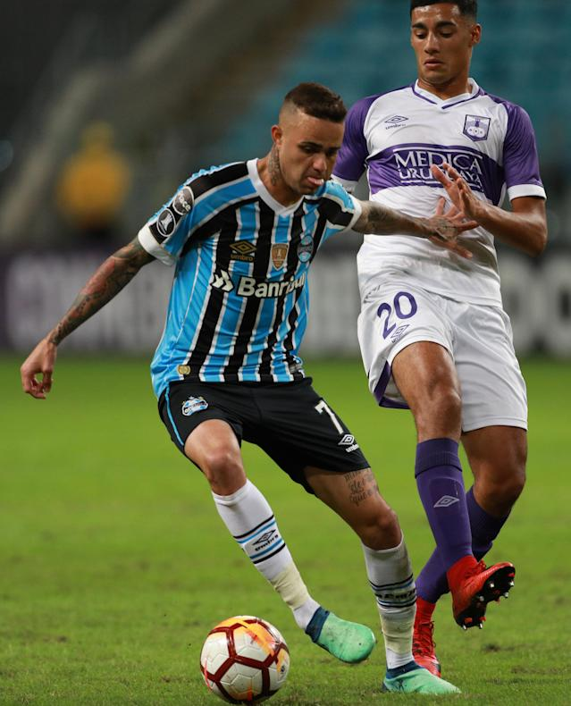 Soccer Football - Copa Libertadores - Brazil's Gremio v Uruguay's Defensor Sporting - Arena do Gremio stadium, Porto Alegre, Brazil - May 23, 2018 - Luan (L) of Gremio and Carlos Benavidez of Defensor Sporting in action. REUTERS/Diego Vara