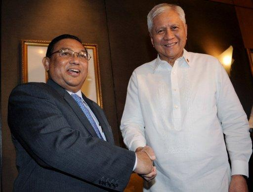 Philippine Foreign Secretary Albert del Rosario (right) shakes hands with his Myanmar counterpart U Wunna Maung Lwin