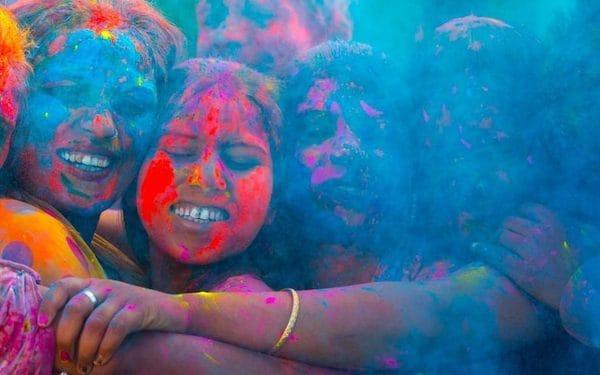 Festival-goers throw colourful powder on each other - Mammuth/E+