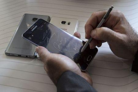 Man writes on a Samsung Galaxy Note 5 at the product's launch event in New York