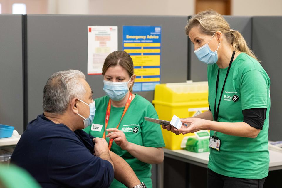 Sophie talking about the vaccination with a member of the public (Daniel Lewis/ St John Ambulance)