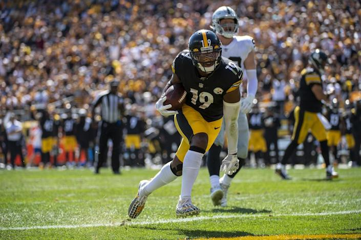 Pittsburgh Steelers wide receiver JuJu Smith-Schuster rushes for a three-yard touchdown.