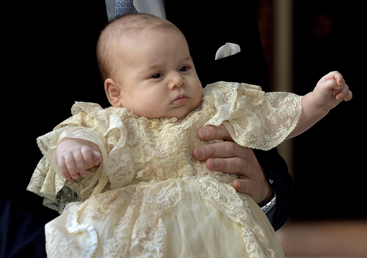 Britain's Prince William carries his son Prince George as they arrive for his son's christening at St James's Palace in London October 23, 2013. REUTERS/John Stillwell/pool (BRITAIN - Tags: ROYALS ENTERTAINMENT SOCIETY TPX IMAGES OF THE DAY)