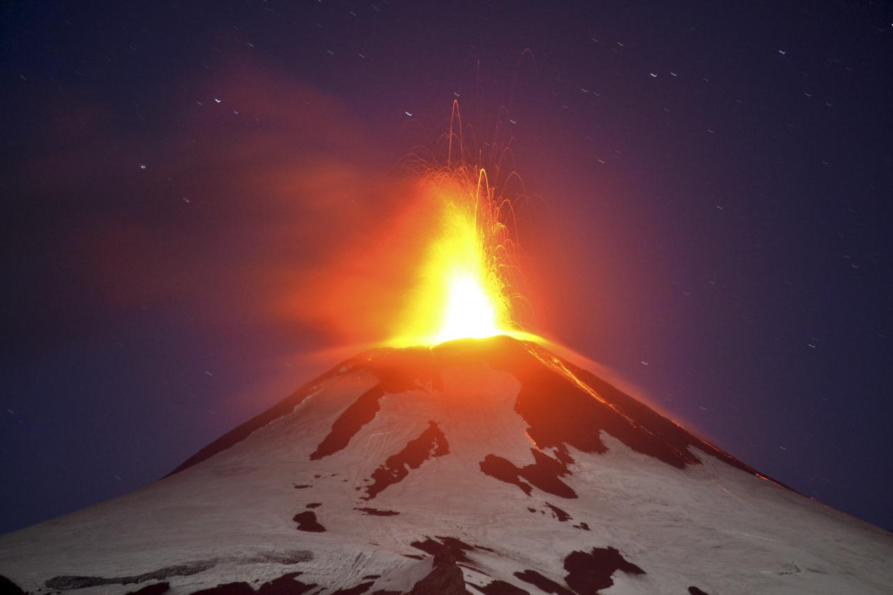 Smoke and lava spew from the Villarrica volcano, as seen from Pucon town south of Santiago, March 3, 2015. Villarrica volcano went quiet on Tuesday after an eruption that sent a plume of ash and lava high into the sky in the early hours put Chile on high alert. REUTERS/Claudia Bucarey (CHILE - Tags: ENVIRONMENT TPX IMAGES OF THE DAY)