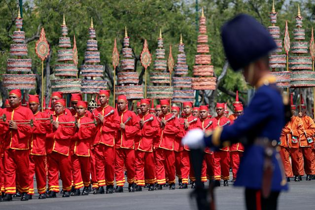 <p>A royal guard bows during a procession to transfer the royal relics and ashes of Thailand's late King Bhumibol Adulyadej from the crematorium to the Grand Palace in Bangkok, Thailand, Oct. 27, 2017. (Photo: Damir Sagolj/Reuters) </p>