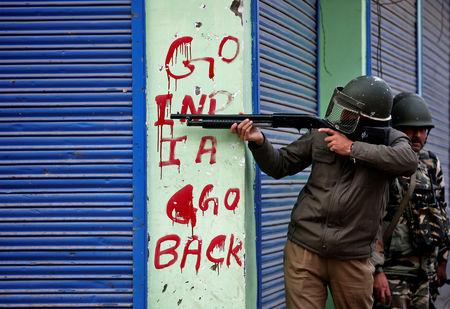 FILE PHOTO: An Indian policeman aims his gun during an anti-India protest in Srinagar, November 4, 2016. REUTERS/Danish Ismail/File Photo