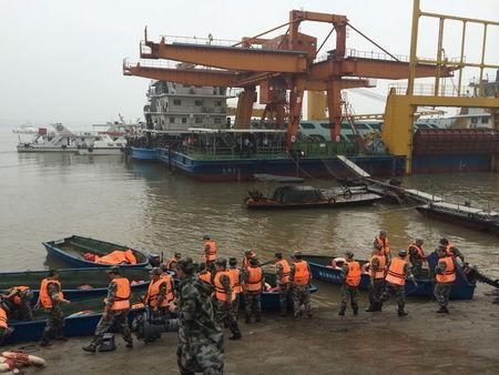 Rescue workers are seen near the site where a ship sank, in the Jianli section of the Yangtze River, Hubei province, China, June 2, 2015. REUTERS/Chen Zhuo/Yangzi River Daily