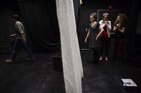 "Participants rehearse ""The Weiner Monologues"" at Hunter College in New York October 30, 2013. REUTERS/Eric Thayer"