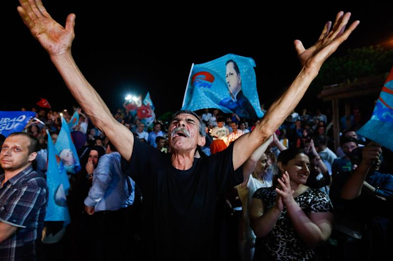 Supporters of Turkey's Prime Minister Recep Tayyip Erdogan celebrate his victory in the presidential election vote in front of the AKP party headquarters in Istanbul on August 10, 2014 (AFP Photo/Gurcan Oztruk)