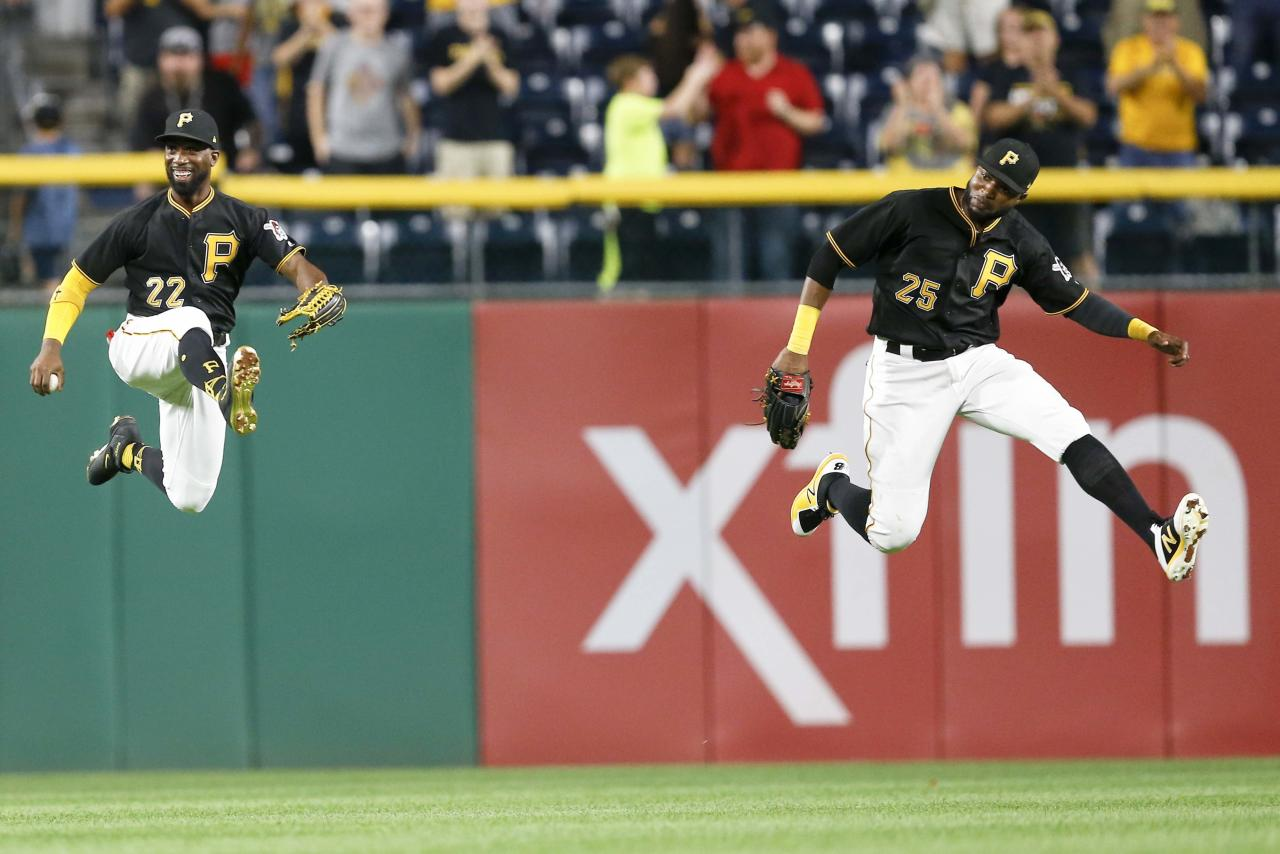 <p>Andrew McCutchen (l.) und Gregory Polanco vom US-amerikanischen Baseballteam Pittsburgh Pirates feiern nach dem Sieg ihres Teams über die Baltimore Orioles in Pittsburgh. (Bild: AP Photo/Keith Srakocic) </p>
