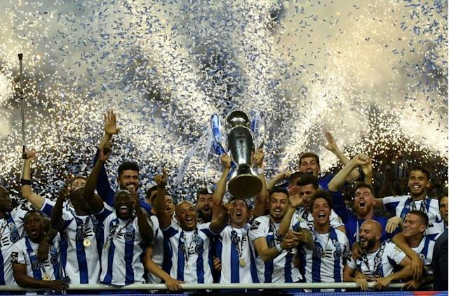 Porto's players celebrate with the trophy after winning the league title at the Dragao stadium in Porto (AFP Photo/MIGUEL RIOPA)