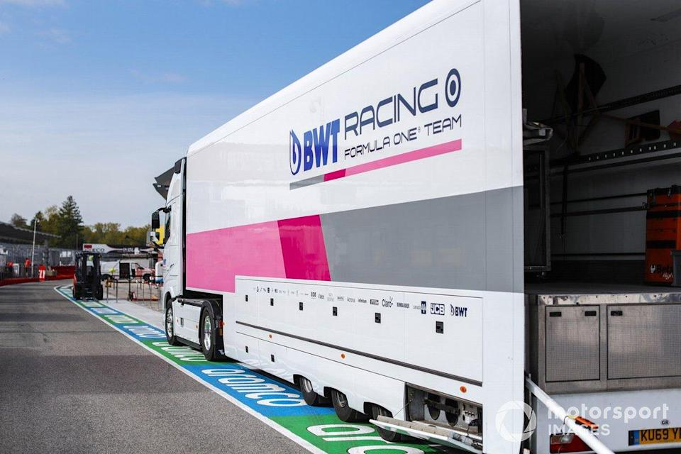 "Un camion Racing Point dans la voie des stands<span class=""copyright"">Glenn Dunbar / Motorsport Images</span>"