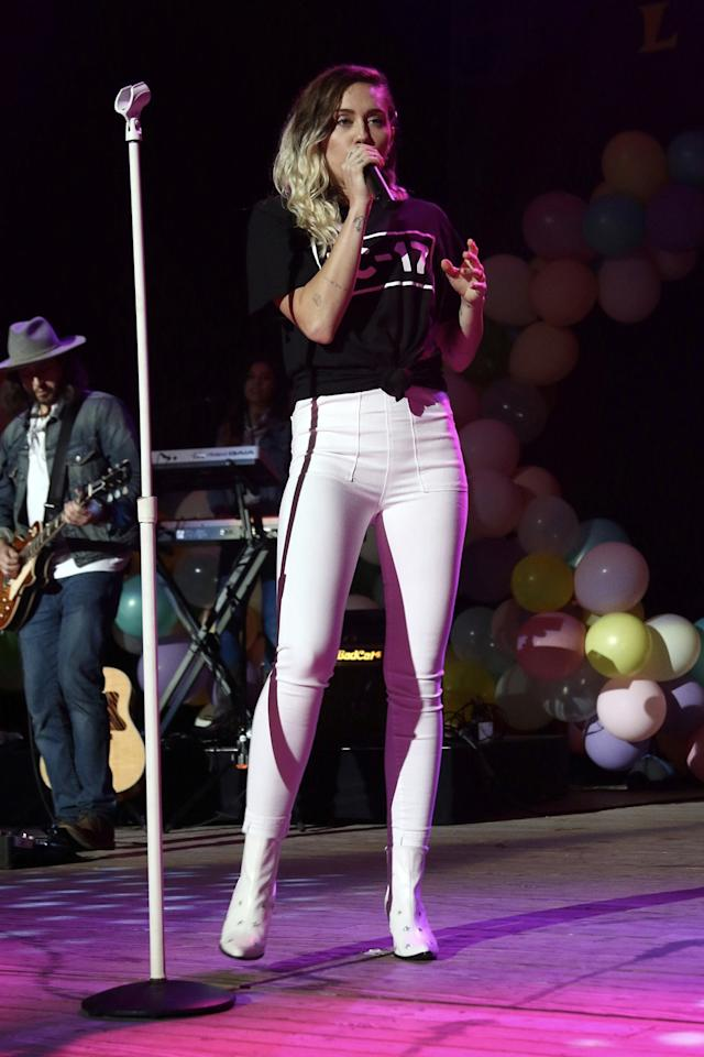 <p>The artist wore white skinny jeans, white boots, and a black graphic T-shirt while performing at the BLI Summer Jam concert. (Photo: AKM-GSI) </p>