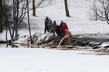 Responders throw oil booms into the Kanawha River near Mount Carbon, West Virginia, Tuesday, February 17, 2015. REUTERS/Marcus Constantino