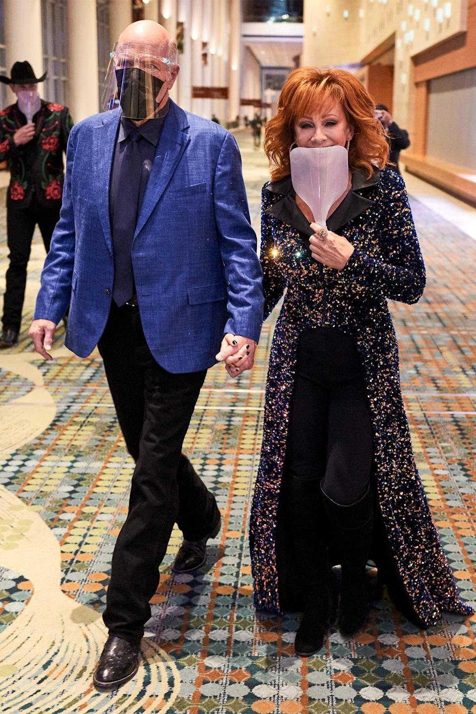 <p>The pair masked up as they walked hand-in-hand into the CMA Awards. </p>