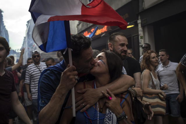 PIL06. Paris (France), 15/07/2018.- A French couple kisses as they celebrate their team's victory after the FIFA World Cup 2018 final match between France and Croatia, in Paris, France, 15 July 2018. (Croacia, Mundial de Fútbol, Francia) EFE/EPA/ROMAN PILIPEY